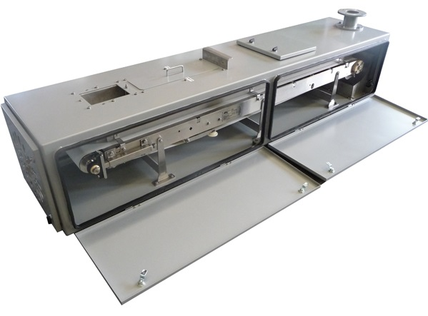 Fully enclosed low capacity weigh belt feeder